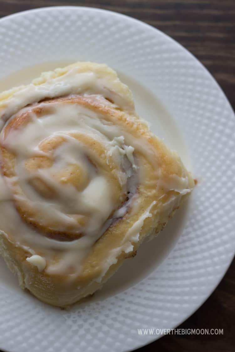 Copycat Cinnabon Cinnamon Rolls - perfect make ahead breakfast! From overthebigmoon.com!