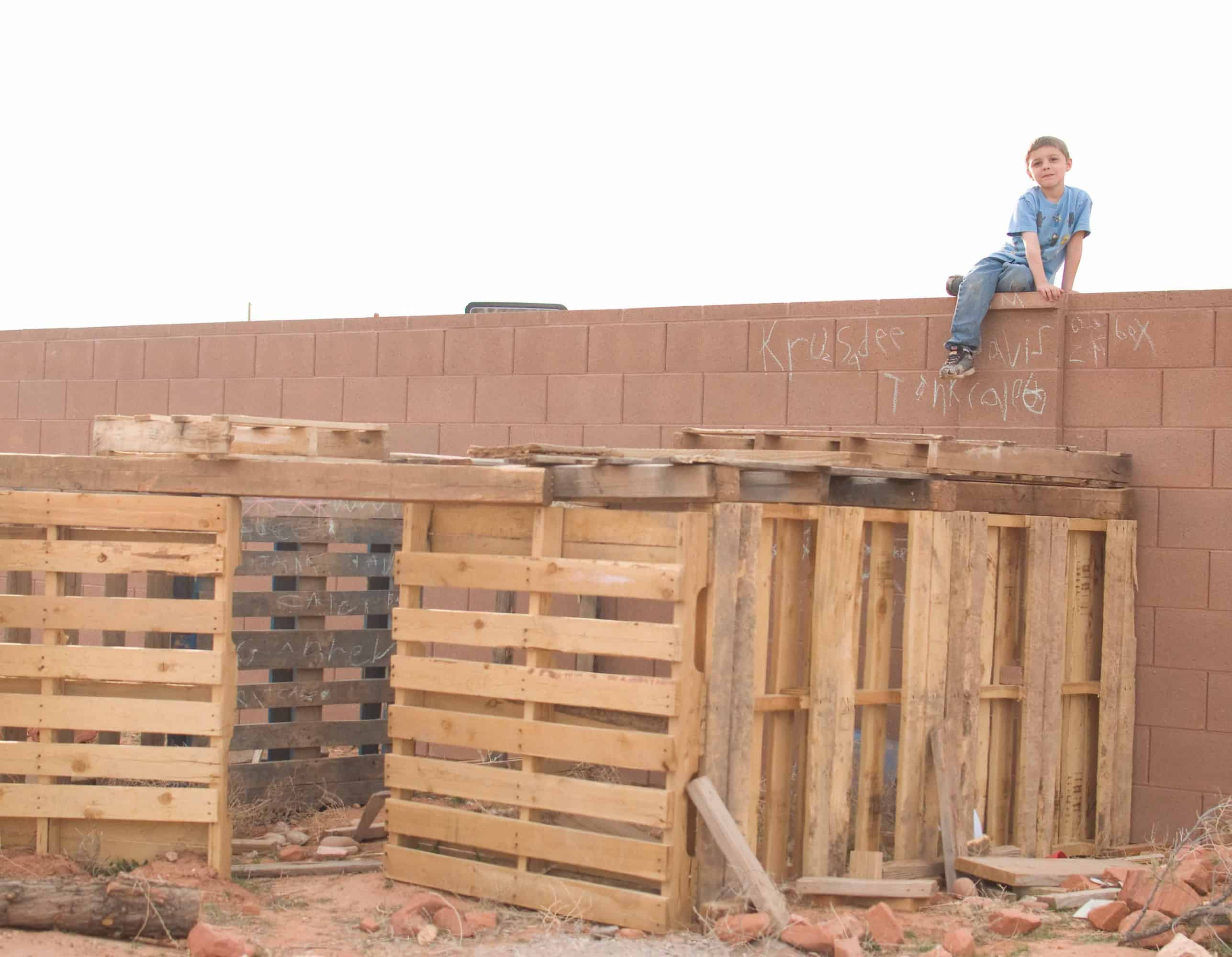 Forts out of pallets pictures to pin on pinterest pinsdaddy for Pallet tree fort