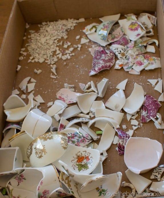Manžel mi rozbil porcelánovú súpravu. Dostala som ale úžasný nápad, ako tieto črepy využiť!