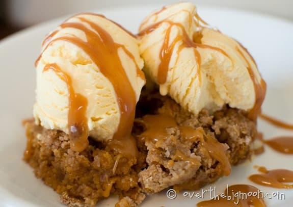 GOOEY PUMPKIN CAKE - this pumpkin dessert is BOMB! From www.overthebigmoon.com!