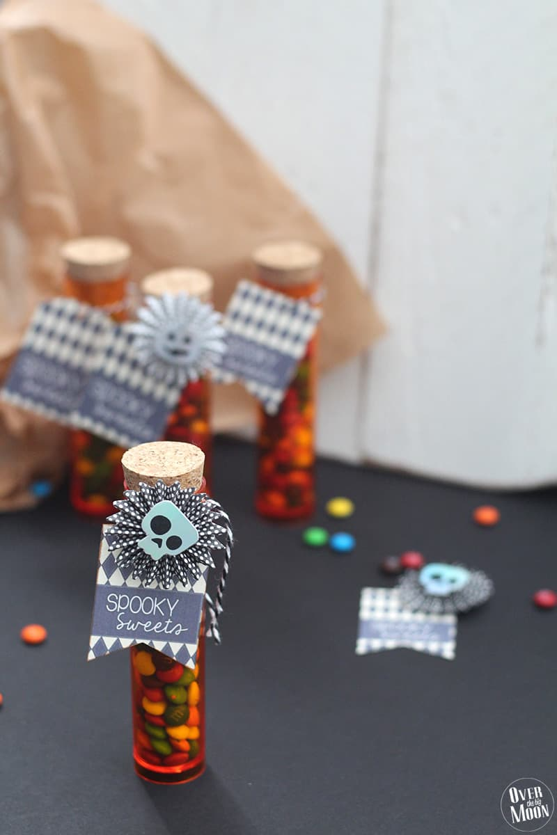 Halloween Test Tube Treat Idea & Printable - these is such a super simple way to make your kids Halloween treat a little extra fun! Perfect for class parties, friend parties and more! | www.overthebigmoon.com