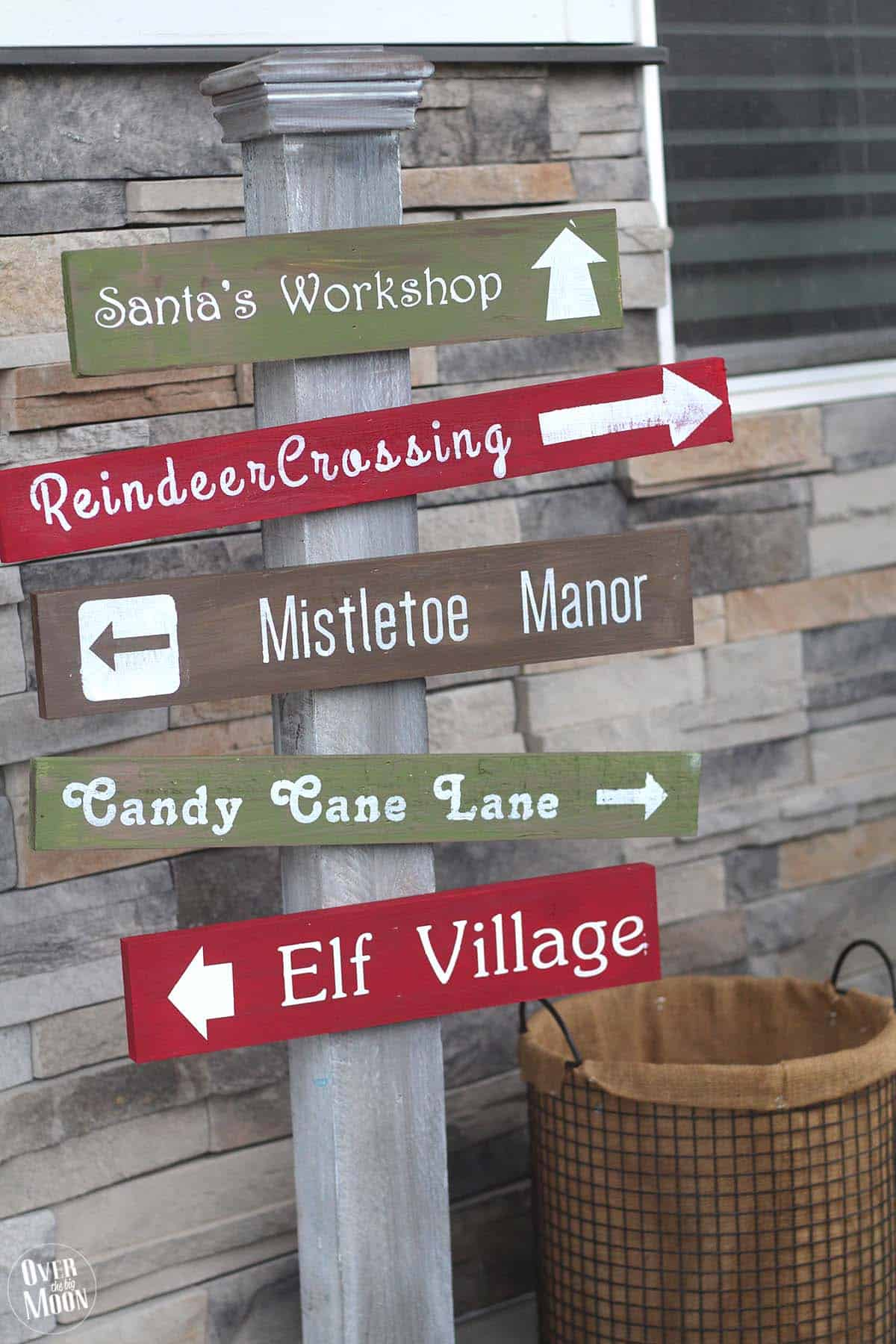 Holidays: DIY North Pole Sign- make this adorable sign to sit on your porch for Christmas from Over the Big Moon via www.thirtyhandmadedays.com