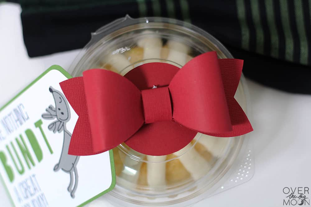 Super cute and easy cardstock bow made with the Cricut! From www.overhtebigmoon.com!