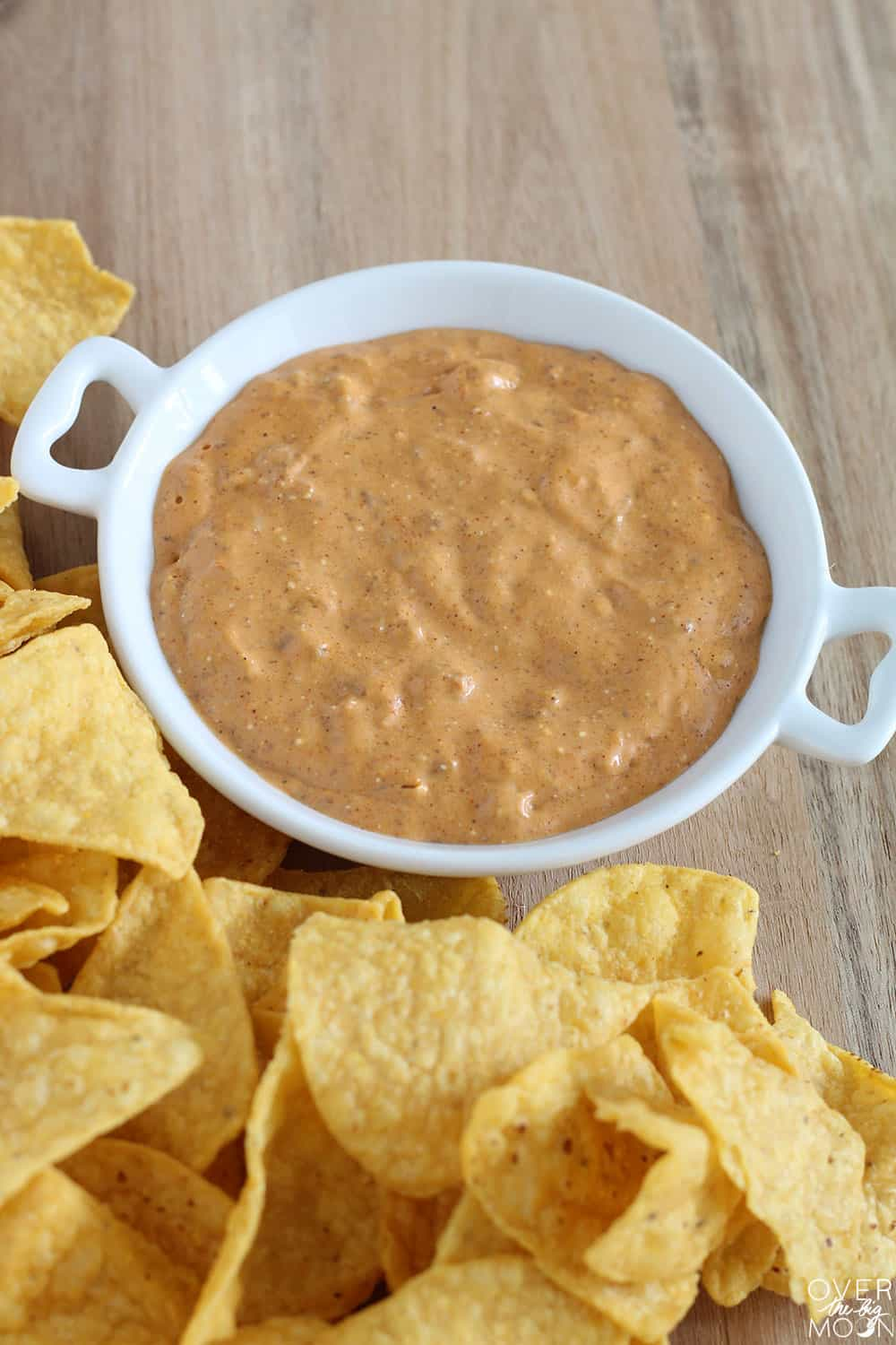 Easy and Quick Chili Queso - this is perfect for potlucks and parties! From overthebigmoon.com!